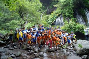 吐龍の滝にて集合写真「自転車サイコー!」