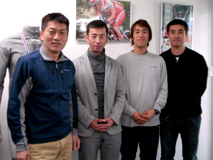 左から当社社長の中田、福島選手、奈良選手、五十嵐選手