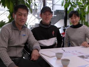 左から当社社長の中田、デイビットさん、片山さん