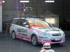 エキップアサダのチームカー・エクシーガにチームフラッグをのせて撮影中