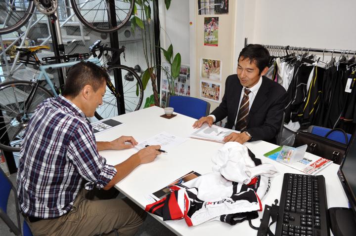 新アイテムのウエアについて打ち合わせ中の浅田監督と当社社長の中田